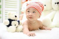 Asseoir bébé avant qu'il arrive à le faire seul, une fausse bonne idée